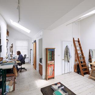 ロンドンの小さいコンテンポラリースタイルのおしゃれなアトリエ・スタジオ (白い壁、淡色無垢フローリング、標準型暖炉、タイルの暖炉まわり、自立型机、白い床) の写真