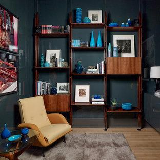 Idee per un piccolo studio design con libreria, pareti grigie, parquet chiaro, nessun camino, scrivania incassata e pavimento beige