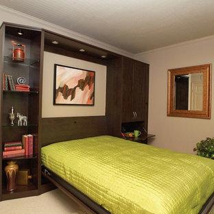 Ispirazione per un piccolo studio design con pareti beige, moquette, nessun camino e pavimento beige