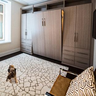 Идея дизайна: кабинет среднего размера в стиле модернизм с бежевыми стенами и темным паркетным полом без камина