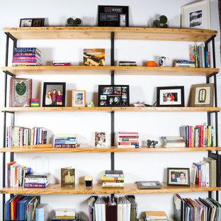Diseño de despacho grande con paredes blancas, moqueta, escritorio empotrado y suelo verde