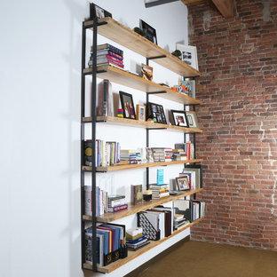 Foto di un grande ufficio con pareti bianche, moquette, scrivania incassata e pavimento verde