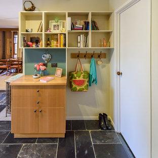 メルボルンの小さいモダンスタイルのおしゃれなホームオフィス・書斎 (スレートの床、造り付け机、黒い床) の写真