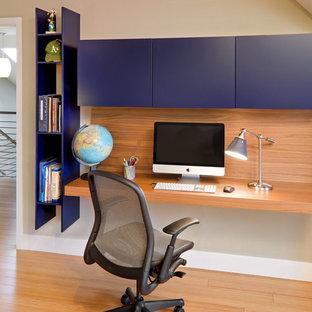 サンフランシスコのコンテンポラリースタイルのおしゃれなホームオフィス・仕事部屋 (ベージュの壁、竹フローリング、造り付け机) の写真