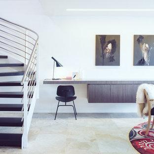 シドニーの小さいコンテンポラリースタイルのおしゃれな書斎 (白い壁、ライムストーンの床、暖炉なし、造り付け机) の写真