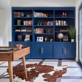 Foto di uno studio scandinavo di medie dimensioni con pareti bianche, pavimento in gres porcellanato, scrivania autoportante e pavimento multicolore