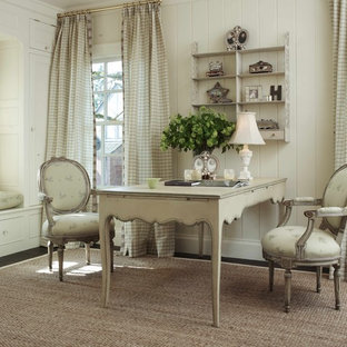 Idée de décoration pour un bureau style shabby chic avec un mur blanc, moquette et un bureau indépendant.