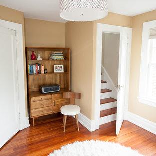 Foto di un piccolo ufficio classico con pareti beige, parquet chiaro e scrivania autoportante