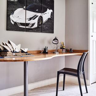 バークシャーのコンテンポラリースタイルのおしゃれな書斎 (グレーの壁、カーペット敷き、造り付け机) の写真