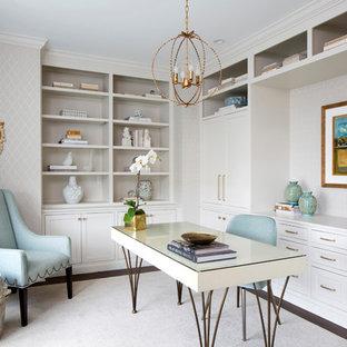 フィラデルフィアの中サイズのトランジショナルスタイルのおしゃれな書斎 (グレーの壁、濃色無垢フローリング、暖炉なし、自立型机、茶色い床) の写真