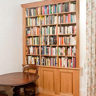 Foto di uno studio classico di medie dimensioni con libreria, pareti bianche, moquette, camino classico e cornice del camino in legno