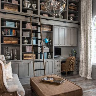 Стильный дизайн: кабинет среднего размера в стиле шебби-шик с библиотекой, темным паркетным полом и серым полом - последний тренд