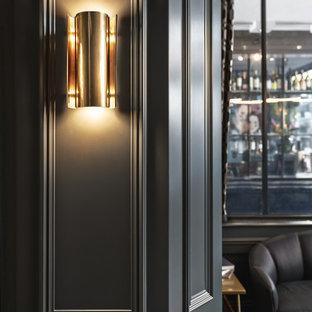 ロンドンの小さいヴィクトリアン調のおしゃれな書斎 (黒い壁、塗装フローリング、暖炉なし、自立型机、黒い床) の写真