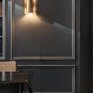 Foto di un piccolo ufficio vittoriano con pareti nere, pavimento in legno verniciato, nessun camino, scrivania autoportante e pavimento nero