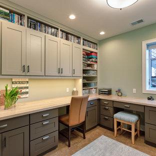 デトロイトの中くらいのおしゃれなクラフトルーム (緑の壁、コルクフローリング、暖炉なし、造り付け机、ベージュの床) の写真