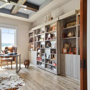 Idéer för maritima arbetsrum, med grå väggar, mellanmörkt trägolv, ett fristående skrivbord och brunt golv