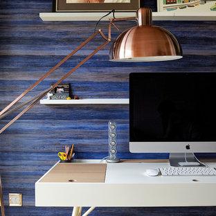 ロンドンの小さいモダンスタイルのおしゃれな書斎 (青い壁、濃色無垢フローリング、暖炉なし、自立型机) の写真