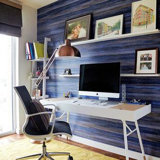 Idee per un piccolo ufficio minimalista con pareti blu, parquet scuro, nessun camino e scrivania autoportante