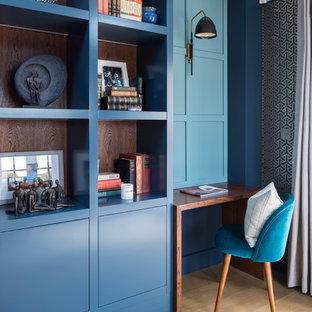 Идея дизайна: маленькое рабочее место в стиле современная классика с синими стенами, светлым паркетным полом, отдельно стоящим рабочим столом и бежевым полом