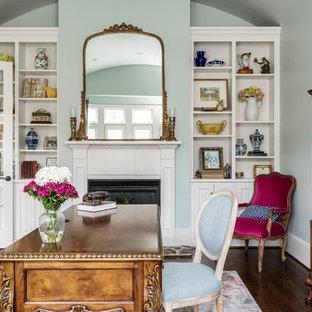 シャーロットの中くらいのトラディショナルスタイルのおしゃれな書斎 (青い壁、濃色無垢フローリング、標準型暖炉、木材の暖炉まわり、自立型机、茶色い床) の写真