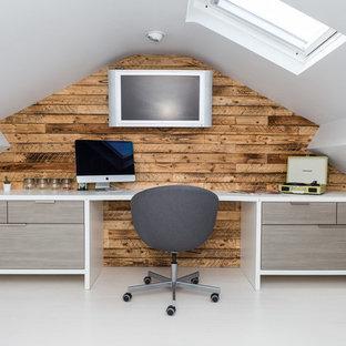 Esempio di un ufficio con pareti marroni, nessun camino, scrivania incassata e pavimento bianco