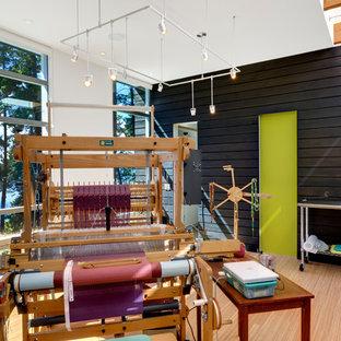 Modelo de estudio contemporáneo con suelo de bambú, paredes blancas y escritorio independiente