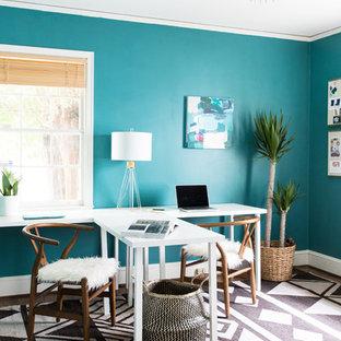 Idee per un atelier contemporaneo di medie dimensioni con pareti blu, scrivania autoportante, parquet scuro, nessun camino e pavimento marrone