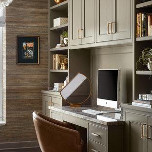 Diseño de despacho tradicional renovado, pequeño, sin chimenea, con paredes multicolor, suelo de madera oscura, escritorio empotrado y suelo marrón