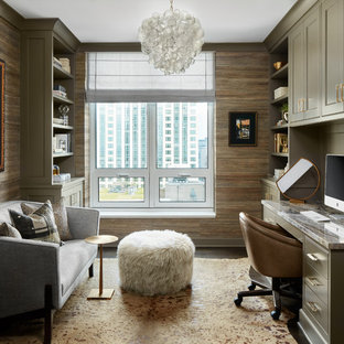 Modelo de despacho tradicional renovado, pequeño, sin chimenea, con suelo de madera oscura, escritorio empotrado, suelo marrón y paredes marrones