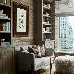 シカゴの小さいトランジショナルスタイルのおしゃれなホームオフィス・書斎 (ライブラリー、マルチカラーの壁、濃色無垢フローリング、暖炉なし、造り付け机、茶色い床) の写真
