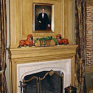ボストンの大きいトラディショナルスタイルのおしゃれなホームオフィス・書斎 (ライブラリー、緑の壁、カーペット敷き、標準型暖炉、石材の暖炉まわり、緑の床) の写真