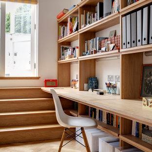 ロンドンのコンテンポラリースタイルのおしゃれなアトリエ・スタジオ (白い壁、淡色無垢フローリング、造り付け机) の写真