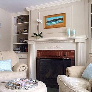 Esempio di un grande studio classico con pareti beige, pavimento in legno massello medio, camino classico, cornice del camino in mattoni e scrivania autoportante