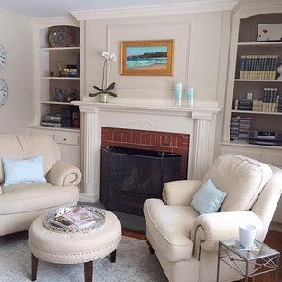 Immagine di un ufficio classico di medie dimensioni con pareti beige, pavimento in legno massello medio, camino classico, cornice del camino in mattoni e scrivania autoportante