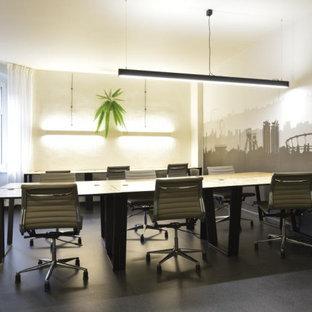 ロンドンの中サイズのインダストリアルスタイルのおしゃれなホームオフィス・書斎 (白い壁、クッションフロア、暖炉なし、自立型机、黒い床) の写真