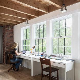 Foto di un atelier country con pareti bianche, parquet chiaro, nessun camino, scrivania autoportante e pavimento beige
