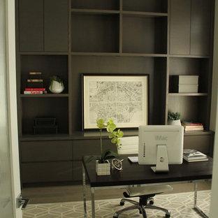 バンクーバーの中サイズのトランジショナルスタイルのおしゃれな書斎 (ラミネートの床、自立型机、グレーの床、暖炉なし) の写真