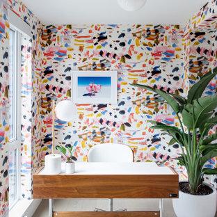 Idées déco pour un bureau contemporain avec un mur multicolore, un sol en bois clair, un bureau indépendant, un sol beige et du papier peint.