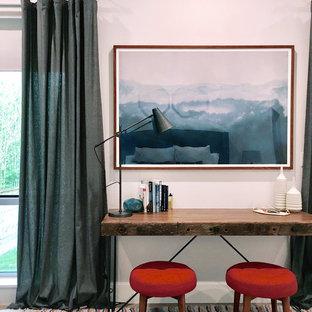 オースティンの中くらいのモダンスタイルのおしゃれな書斎 (ベージュの壁、カーペット敷き、暖炉なし、自立型机、ベージュの床) の写真