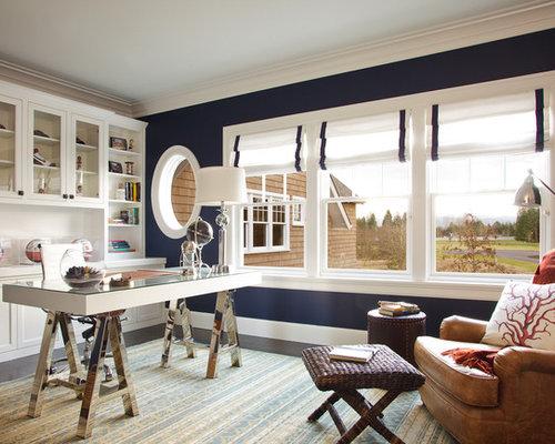 Großes Maritimes Arbeitszimmer Mit Blauer Wandfarbe, Dunklem Holzboden,  Freistehendem Schreibtisch, Tunnelkamin Und Kaminsims