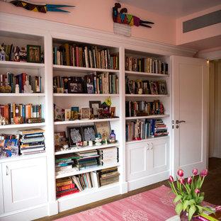 Idées déco pour un grand bureau romantique avec un mur rose, un sol en bois brun et un sol marron.
