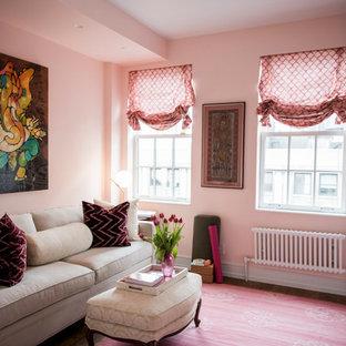 Immagine di uno studio stile shabby di medie dimensioni con pareti rosa, moquette, pavimento rosa e libreria