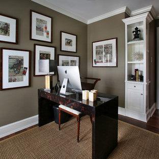 Ispirazione per uno studio tropicale con pareti marroni