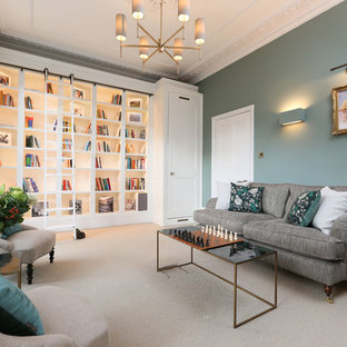ロンドンのトランジショナルスタイルのおしゃれなホームオフィス・書斎 (ライブラリー、緑の壁、カーペット敷き、ベージュの床) の写真