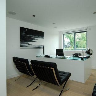 Modernes Arbeitszimmer mit weißer Wandfarbe, braunem Holzboden und freistehendem Schreibtisch in Berkshire