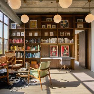 Exemple d'un bureau industriel avec un mur blanc, un sol en bois clair, un bureau intégré et un sol gris.