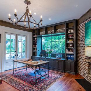 他の地域の中サイズのコンテンポラリースタイルのおしゃれなホームオフィス・仕事部屋 (無垢フローリング、コーナー設置型暖炉、レンガの暖炉まわり、自立型机) の写真