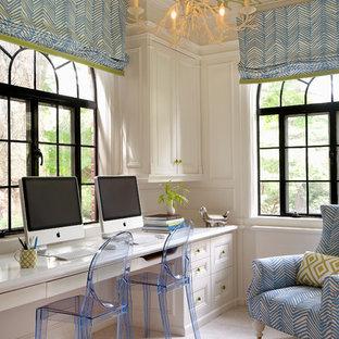Exempel på ett klassiskt arbetsrum, med heltäckningsmatta och ett inbyggt skrivbord
