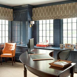 Idee per uno studio chic con pareti blu, moquette e scrivania autoportante