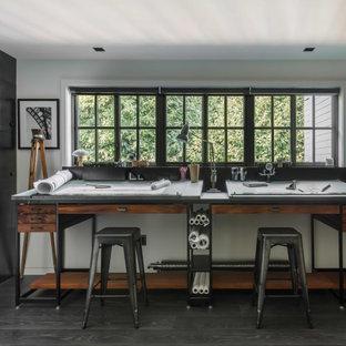 シアトルのミッドセンチュリースタイルのおしゃれなアトリエ・スタジオ (濃色無垢フローリング、自立型机、白い壁、黒い床) の写真